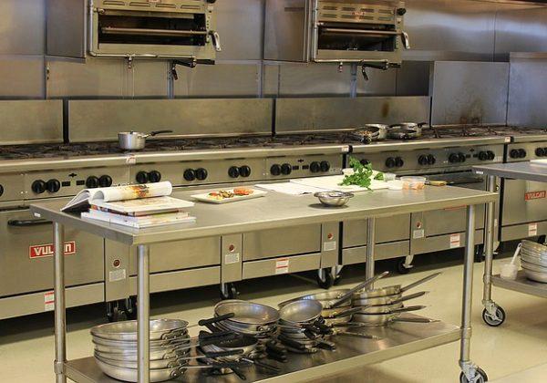 איזה ציוד ניתן למצוא במטבח תעשייתי?